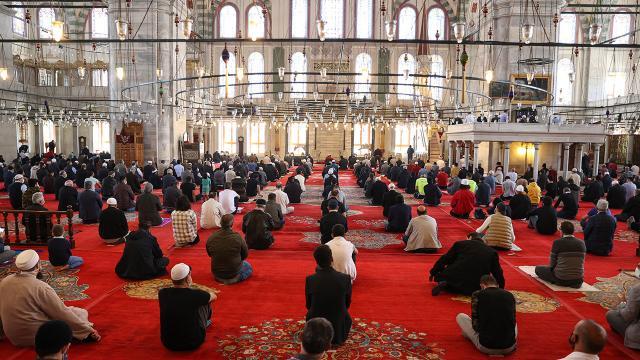Bayram namazı camilerde kılınacak mı? Açıklama geldi