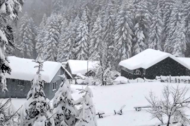 Baharı bekleyen kentte kar kalınlığı 120 santimetreye ulaştı