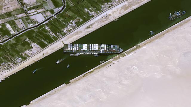Kaza nedeniyle bekleyen tüm gemiler Süveyş Kanalı'ndan geçti