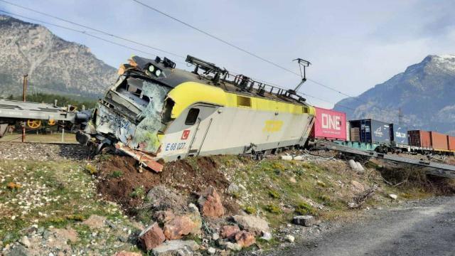 Aynı istikametteki iki yük treni çarpıştı
