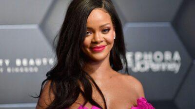 Rihanna süper minisiyle poz verdi