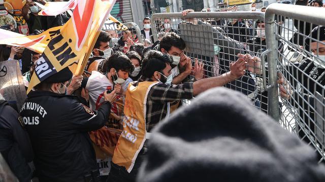 Taksim Meydanı'na izinsiz yürümek isteyen gruba müdahale