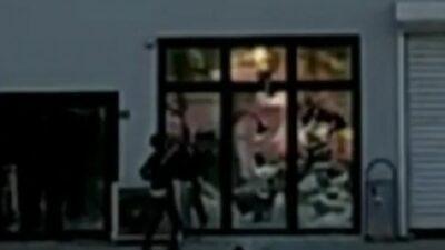 Bursa'da pazar yerinin camlarını kırdı