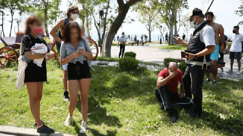 Kabindeki genç kızları görüntülerken yakalandı