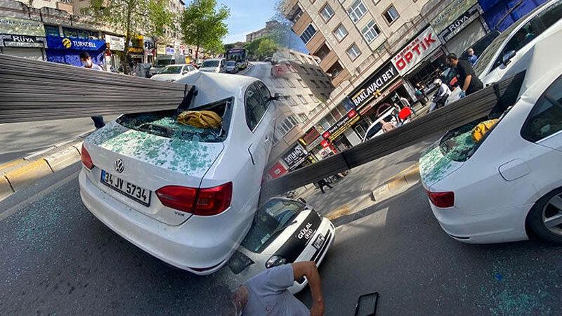 Korkunç kaza! Demir çubuklar otomobile saplandı