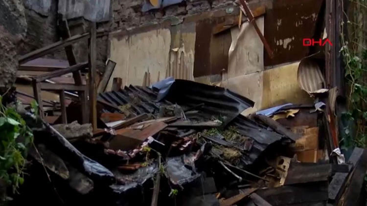 4 katlı ahşap bina çöktü