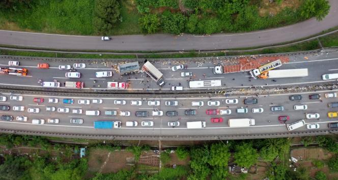 Zincirleme kaza! 20'den fazla araç birbirine girdi: Çok sayıda yaralı var