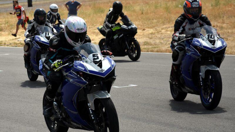 Kadın motorcular pistte nefes kesti