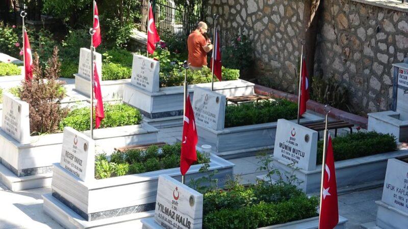 Bursa'da şehitlikte hüzünlü bayram arifesi