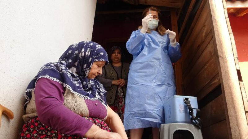 Bursa'da aşıdan korkan 76 yaşındaki kadını ekipler ikna etti