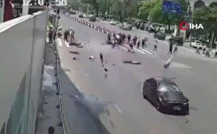 Kırmızı ışıkta durmayan araç yayaların arasına daldı: 4 ölü, 3 yaralı