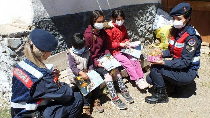 Jandarmadan köyde yaşayan çocuklara bayram hediyesi