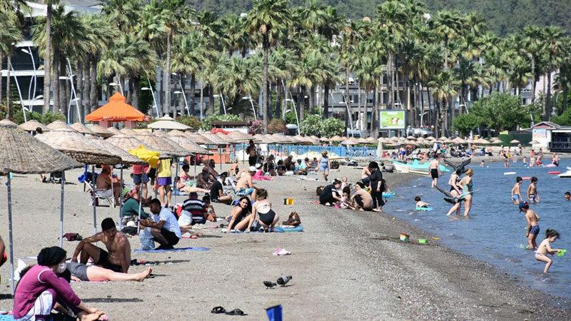 Sıcaklık 41 dereceyi gördü! Sokaklar boşaldı, plajlar doldu