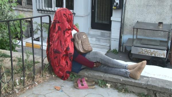 İstanbul'da gizemli kadın! 5 gündür oturduğu duvardan kalkmadı