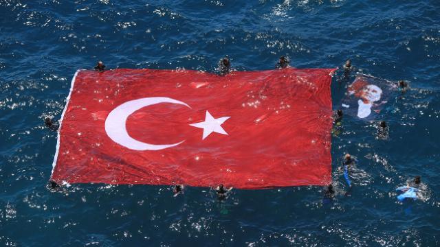 Dalgıçlar denizde dev bir Türk bayrağı açtı