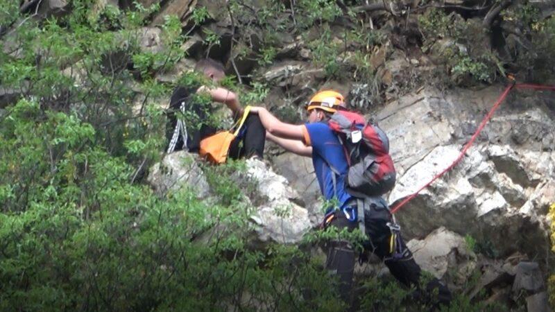 Bursa'da şaka gibi olay! Polisten kaçtı kayalıklara takıldı…