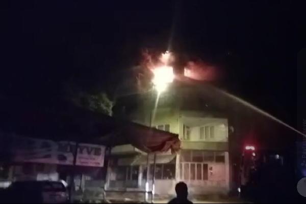 Benzin döküp ateşe verdiği evinde öldü