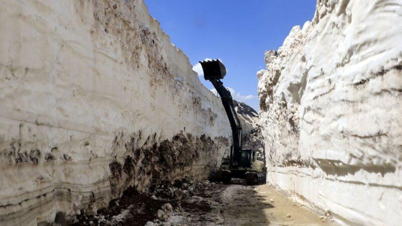 Hazirana 1 hafta kala 8 metrelik karla mücadele
