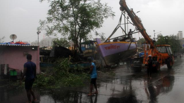Hindistan'ı bu kez de fırtına vurdu