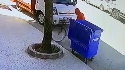 Bursa'da kapüşonlu bisiklet hırsızı kamerada