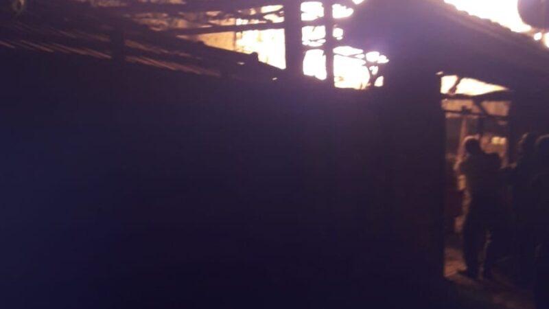 Keles'te iki katlı ahşap bina küle döndü