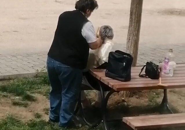 Bursa'da kısıtlamada sokak ortasında saç tıraşı