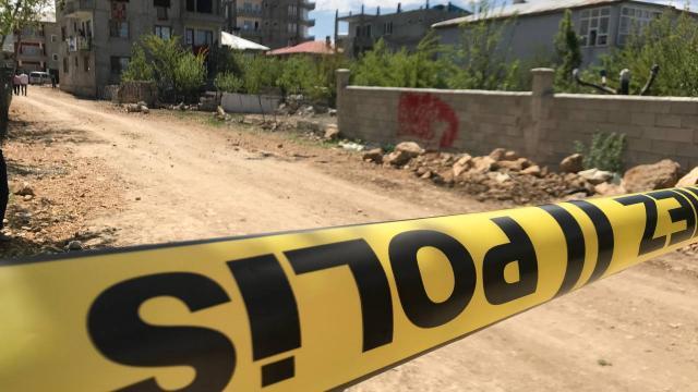 Polis memuru bıçaklı kavgada yaralandı