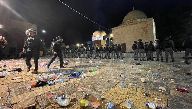 İsrail polisinden skandal! Mescid-i Aksa'ya saldırdılar…