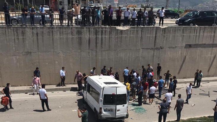 Minibüs alt geçide düştü! 3 jandarma yaralı