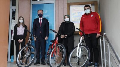 İnegöl'de bisiklet çekilişinin talihlileri hediyelerini aldı