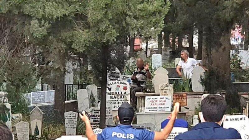 Mezarlıkta hayat kurtaran hamle! Polis ikna etti…