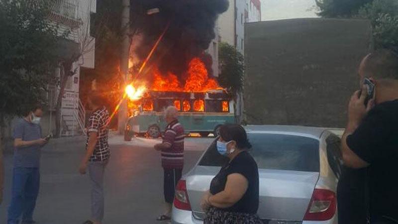 Çarpışan yolcu minibüsleri yandı: Yaralılar var