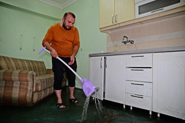 Bursa'da sağanak nedeniyle zemin kattaki daireyi su bastı