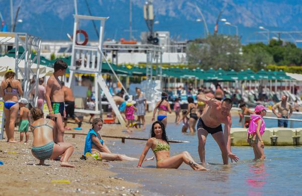 Antalya'ya akın! Sahillerde Rus turist yoğunluğu
