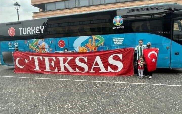 Bursaspor taraftarından Milli Takım'a Roma'da destek