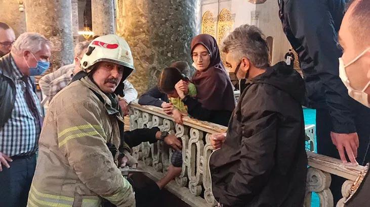 Ayasofya Camii'nde mahfil korkuluğuna ayağı sıkışan çocuk kurtarıldı