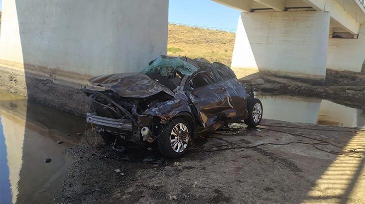 Otomobil, üst geçitten dereye uçtu: 5 ölü