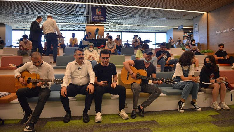 Başkan Yılmaz'dan gençlere gitarlı sınav morali