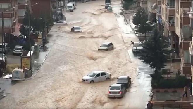 Şiddetli yağış sele neden oldu! Caddeleri su bastı, araçlar sürüklendi