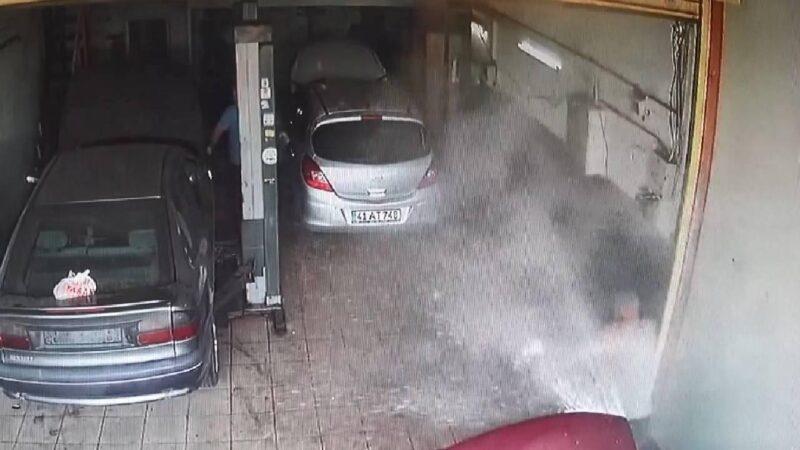 Hararet yapan otomobilin su kazanı patladı