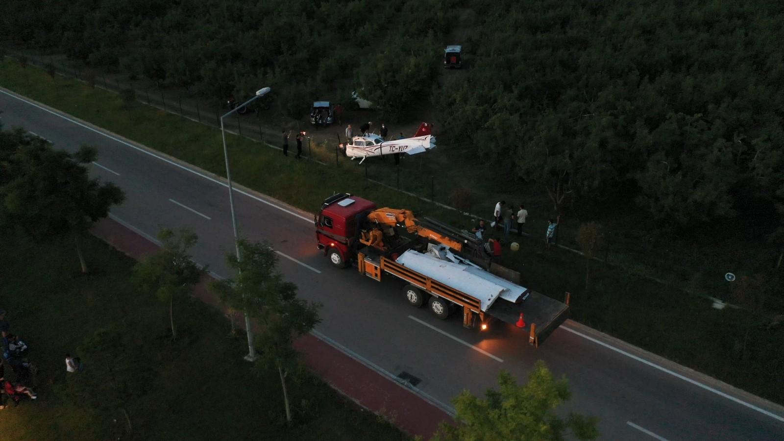Bursa'da meyve bahçesine acil iniş yapan uçak vinçle kaldırıldı