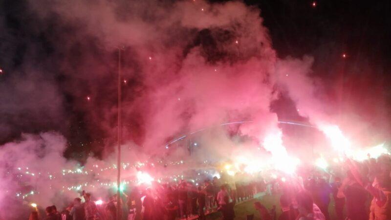 Bursaspor taraftarından meşaleli kutlama