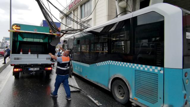 Üstgeçitteki kablolar halk otobüsünün üzerine düştü