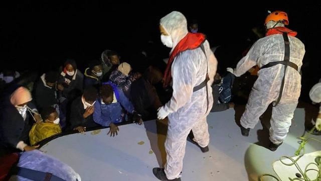 Türk kara sularına itilen 16 sığınmacı kurtarıldı