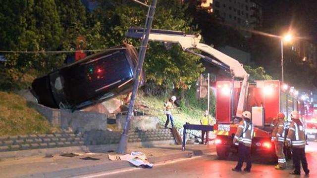 Kaza yapan araç direk ile beton bariyer arasında asılı kaldı