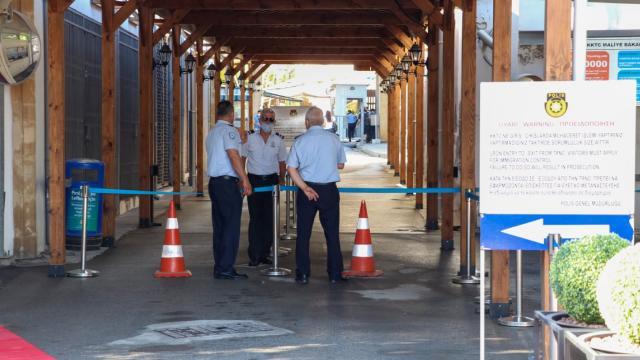 Kıbrıs'ta sınır kapıları 15 ay sonra açıldı