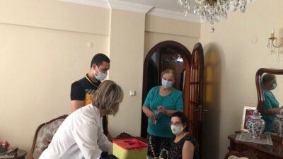 Bursa'da mobil aşı ekipleri engelli kişi ve bakıcılarını evinde aşılıyor