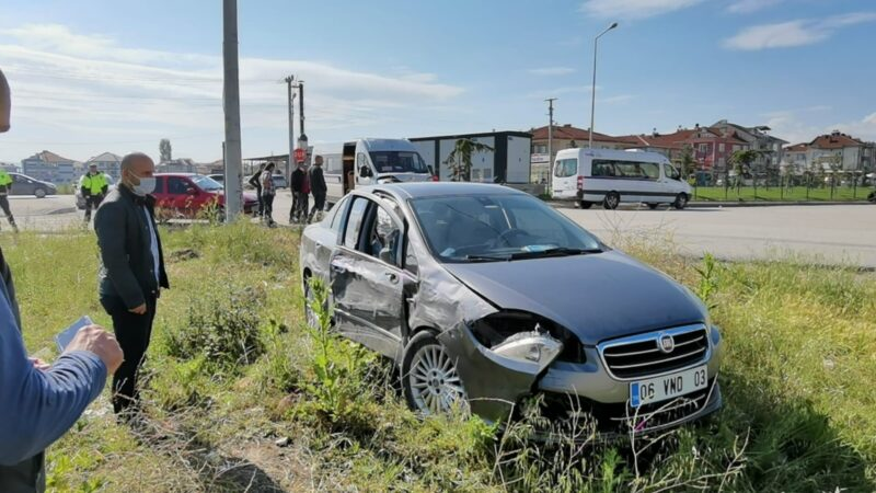 Bursa'da feci kaza! Otomobil ile servis aracı çarpıştı