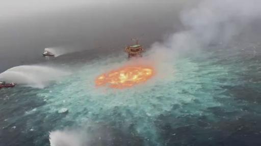 Şoke eden görüntüler! Denizin yüzeyinde alev topu