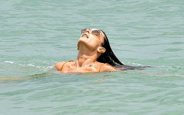 Gün boyu denizin ve güneşin tadını çıkardı!
